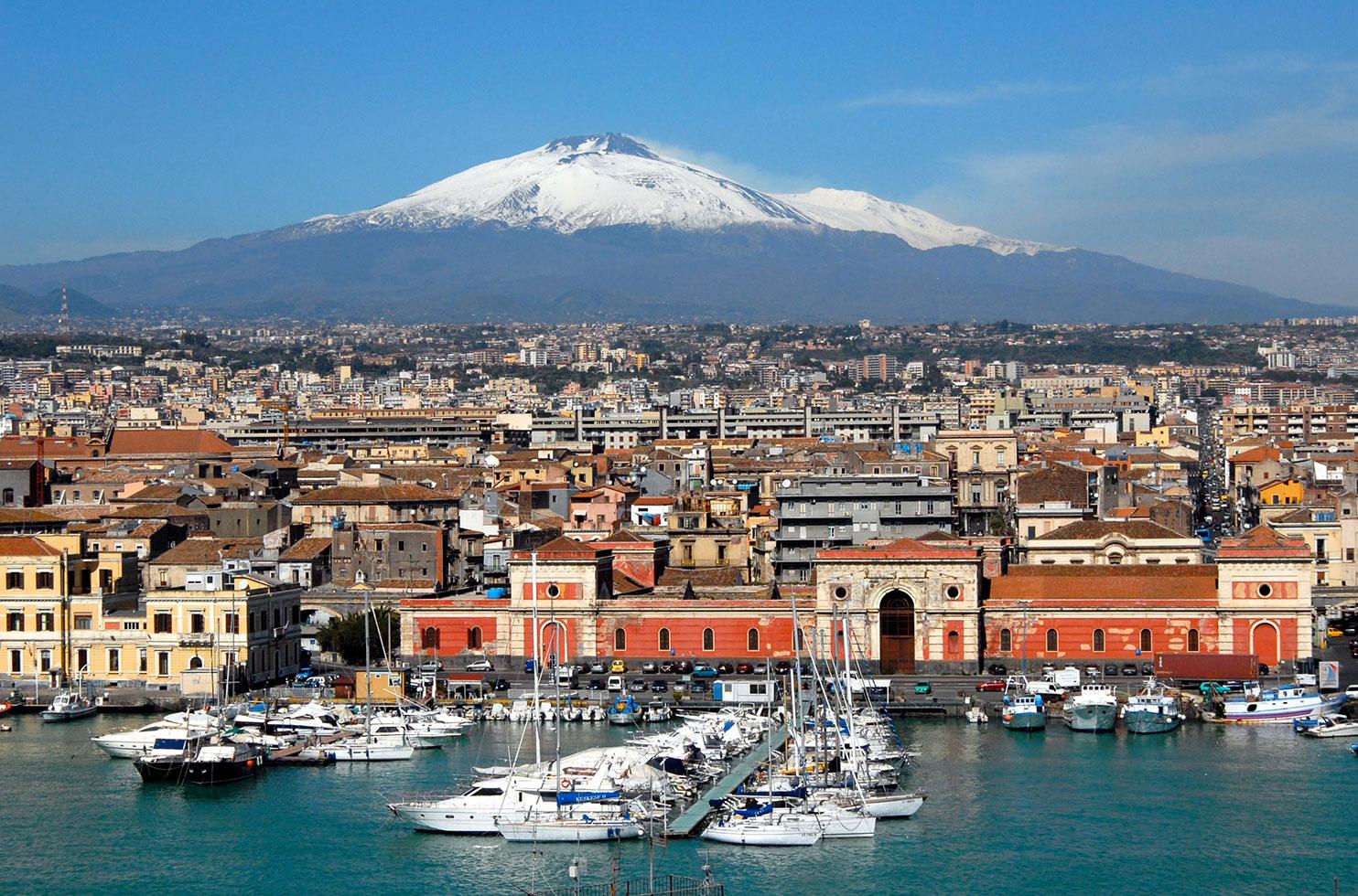 Il porto di Catania, sede di intensi scambi commerciali