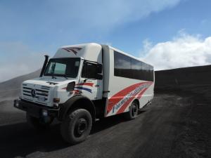 Minibus sulla pista di sabbia nera verso il cratere dell'Etna