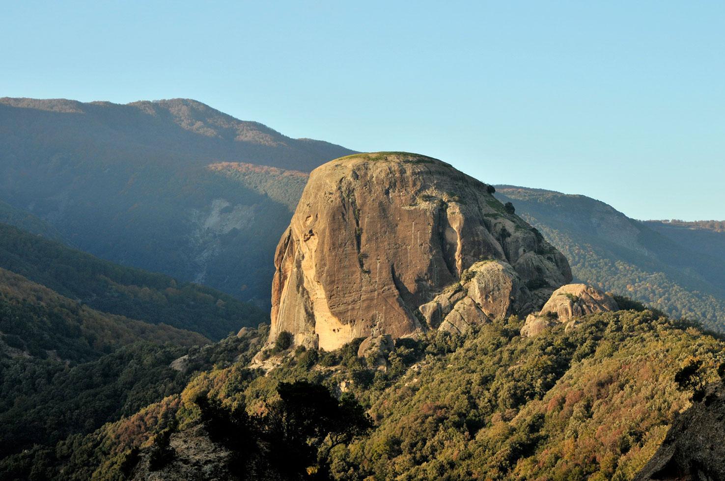 """Pietra Cappa domina la """"valle delle grandi pietre""""."""