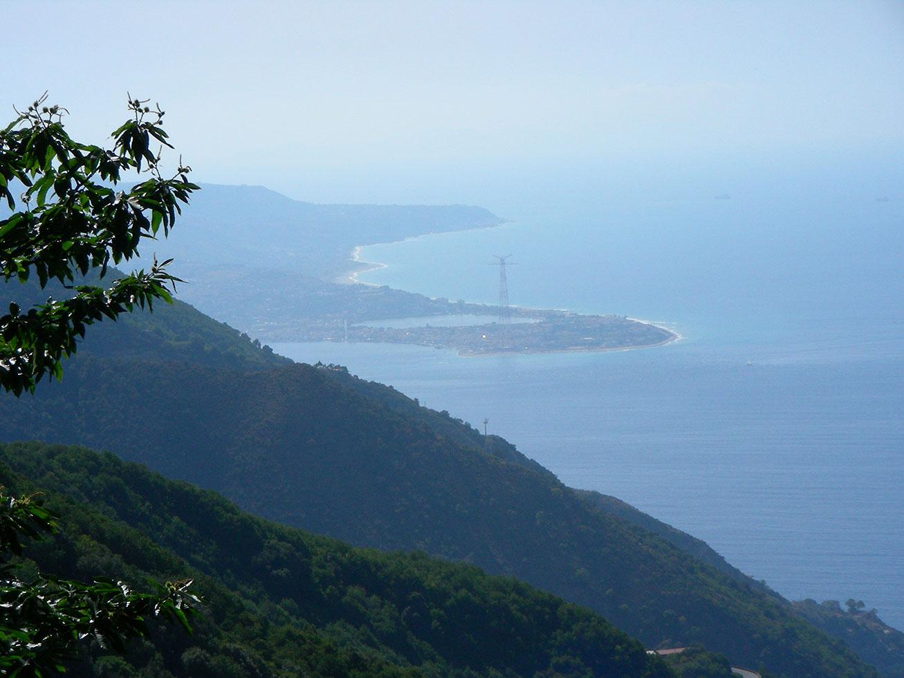 """punta Peloro """"Cariddi"""" vista dall'Aspromonte"""