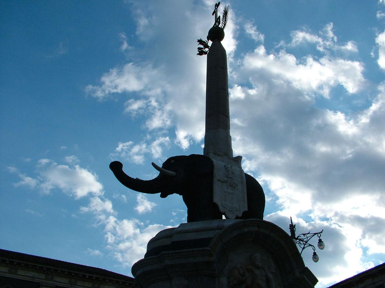 Il simbolo della città è il Liòtro, l'elefantino di pietra lavica sormontato da un obelisco