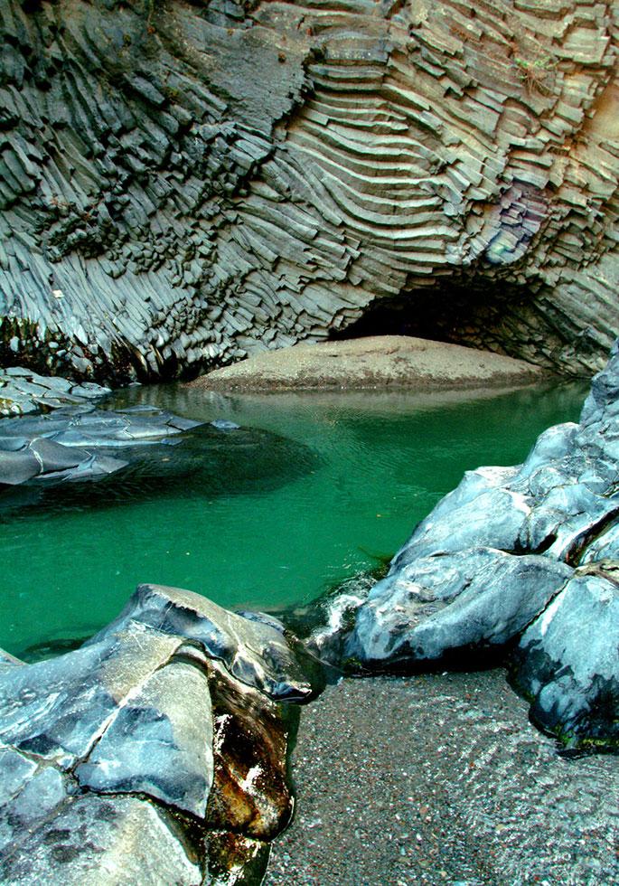 La suggestiva bellezza delle gole dell'Alcantara scavate nella roccia lavica