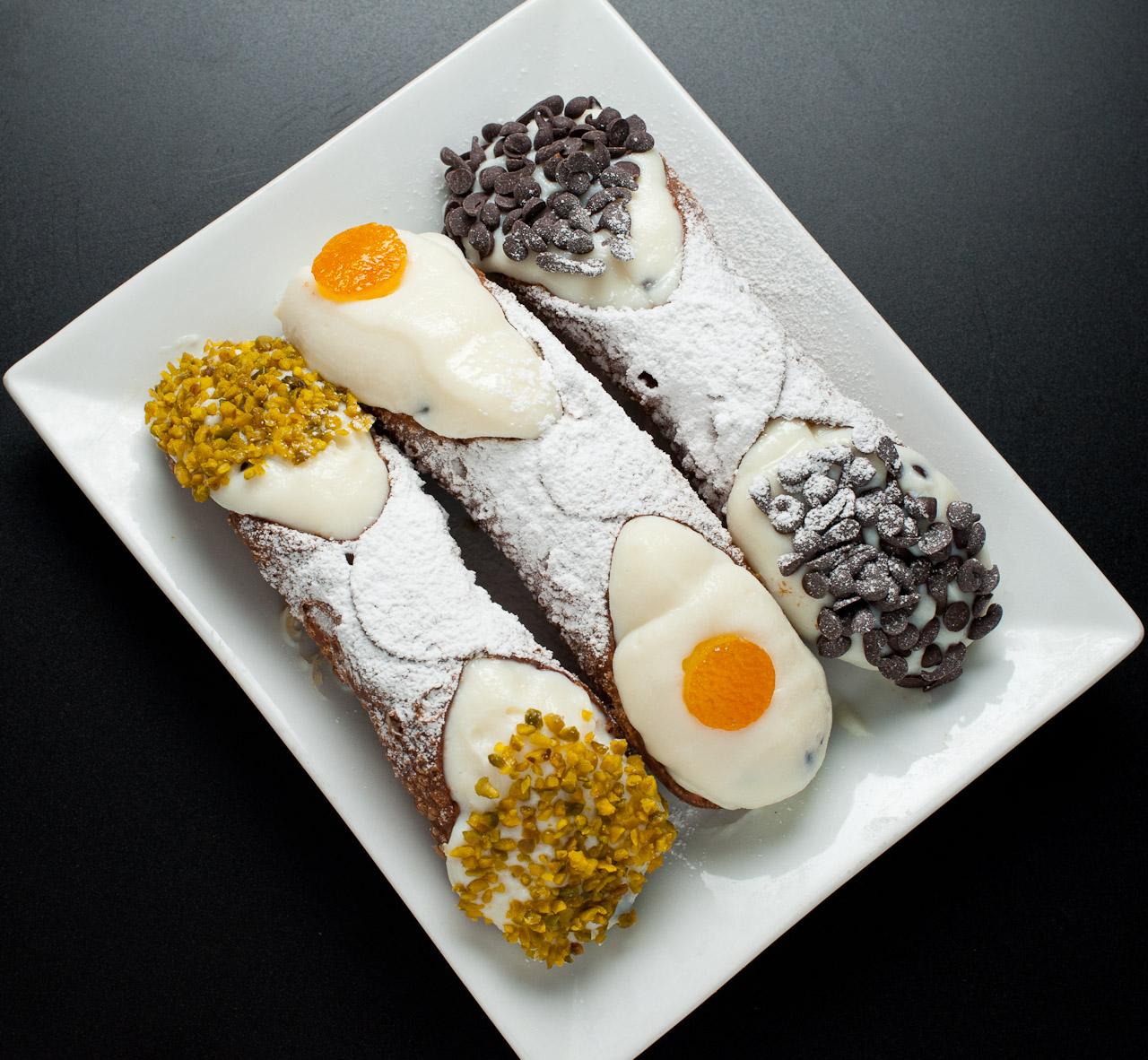 Il cannolo tradizionale, al pistacchio, al cioccolato