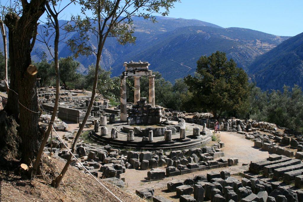Delfi: il tempio di Atena pronia con il monte Parnasòs sullo sfondo