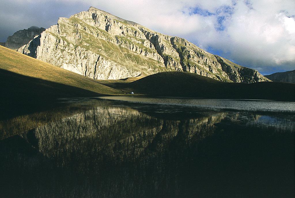 La vetta del monte Smòlikas si riflette nelle acque del Drakolimni